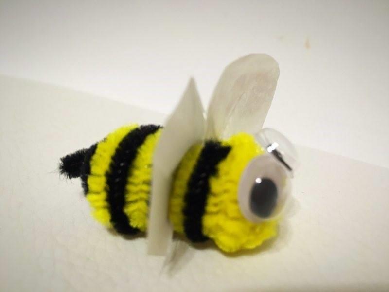 Pszczoła z drucika kreatywnego źródło: http://dwadodacdwarownasiepiec.blogspot.com/2016/03/ptaki-spiewaki-i-nie-tylko.html